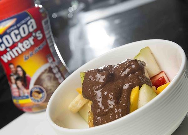 Frutas frescas con salsa de plátano y cocoa helada