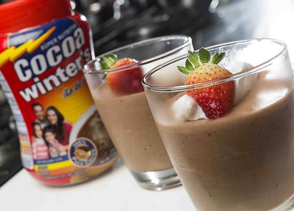 Mousse de chocolate con frutas frescas y crema chantilly